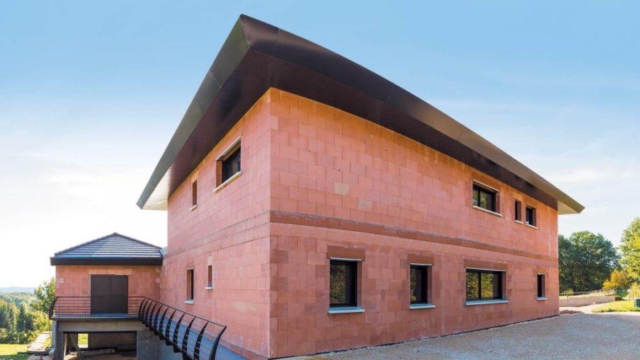 Без кирпича прочное здание построить невозможно