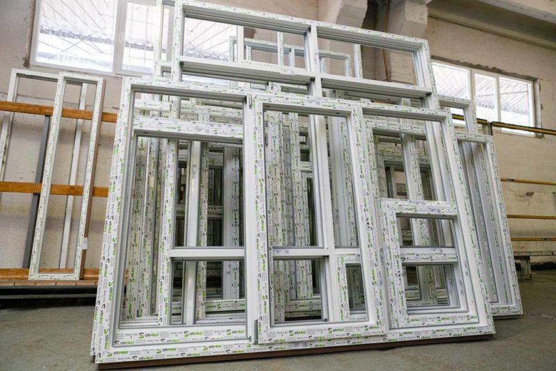 Почему многие детали окон стали производить из пластика?