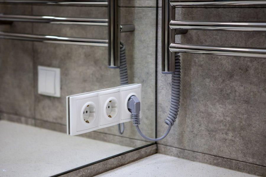 Установка розетки в ванной
