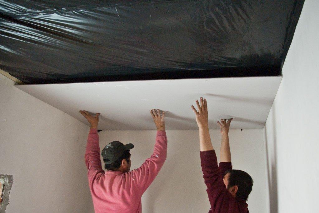 Как сделать ремонт потолка?