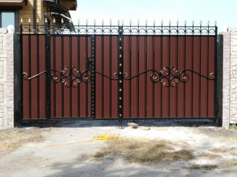 Кованые ворота как защита дома