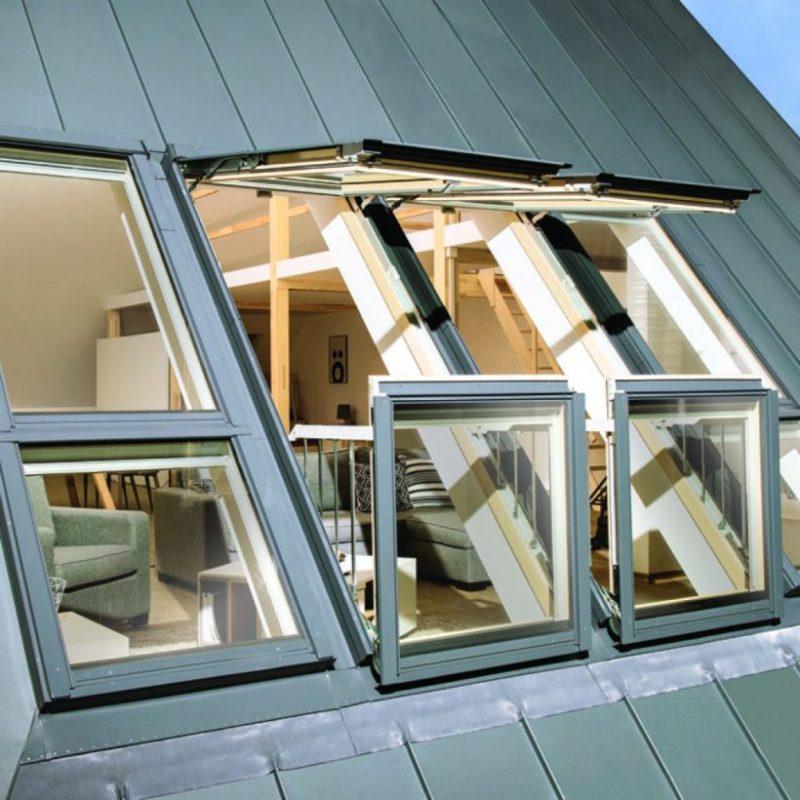 Мансардные окна от Fakro умеют трансформироваться в балкончики на крыше