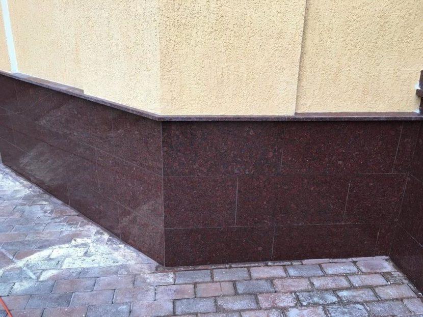 Технология облицовки цоколя здания плиткой на основе смол