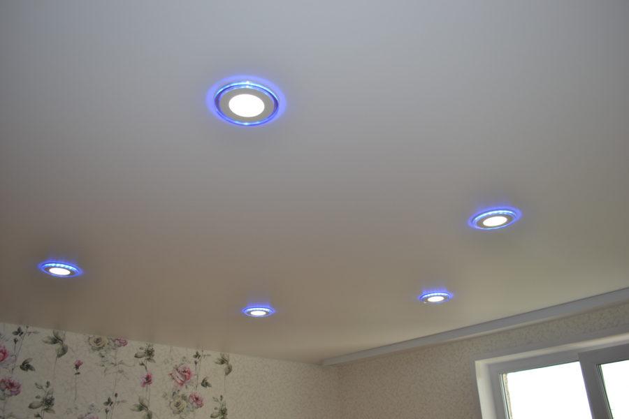 Как правильно провести освещение в натяжном потолке